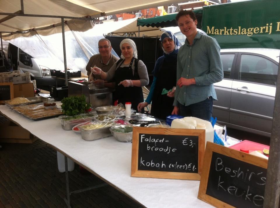 Vluchtelingen op markt in Delft - Hartige Samaritaan